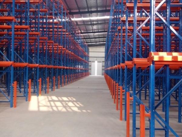 货架厂家带你了解贯通式货架的特点和存取方式
