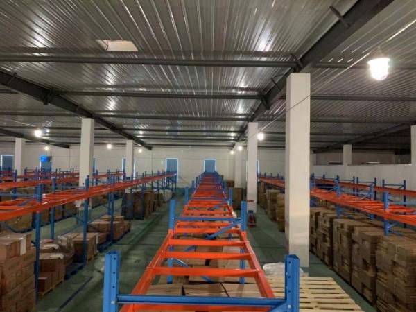 货架生产厂家:布局仓储重型货架时遇到墙体支撑柱怎么办?